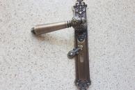 Mosieżny zestaw drzwiowy z klapką zasłaniającą klucz